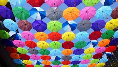 Psikologi Warna dalam Perwajahan Media, payung warna warni, colored umbrella