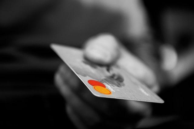 Cartão de crédito na mão.