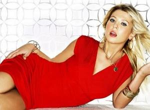 Mujer vestida de rojo significado