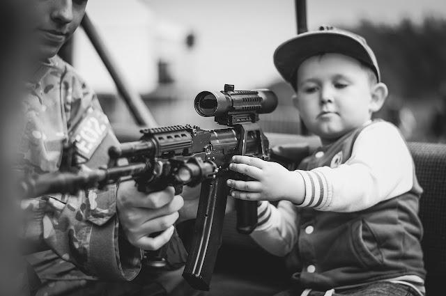96 ΑΔΤΕ: Θα γιορτάσουν την ημέρα του παιδιού δείχνοντας όπλα σε ανήλικα!