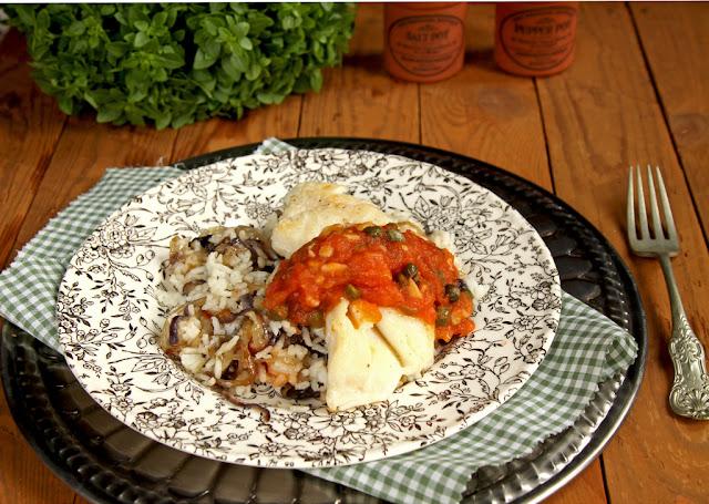 Ryba z sosem pomidorowym z kaparami na ryżu z karmelizowanącebulą