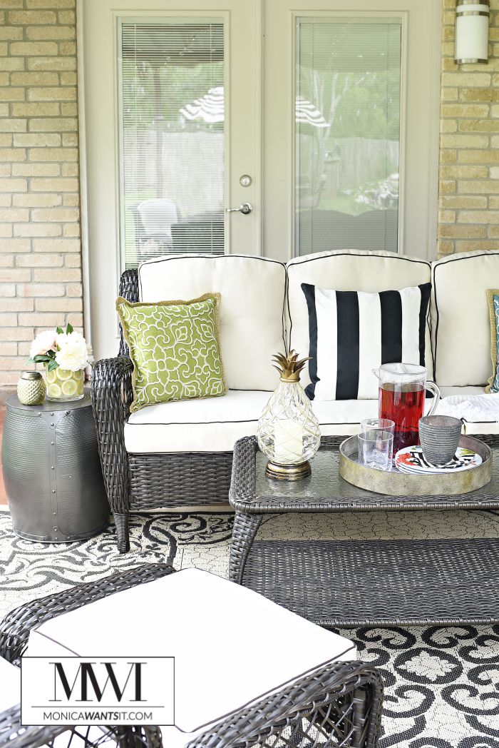 Epic This outdoor patio makeover is amazing The furniture decor and details are so chic