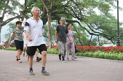 đi bộ mỗi sáng với người cao tuổi
