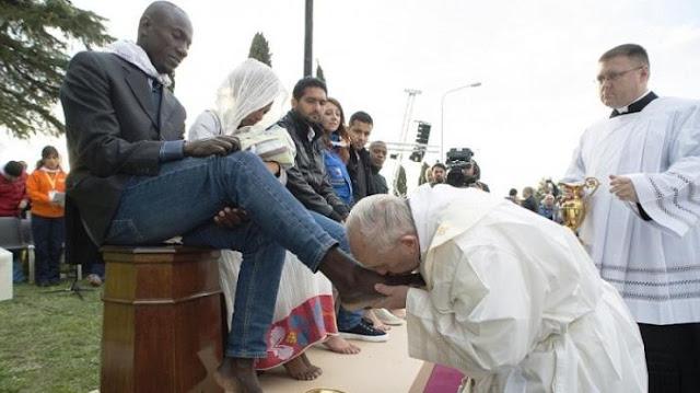 """Paus Fransiskus Basuh dan Cium Kaki Migran Muslim dan Hindu: """"Kita Semua Anak dari Tuhan yang Sama"""""""