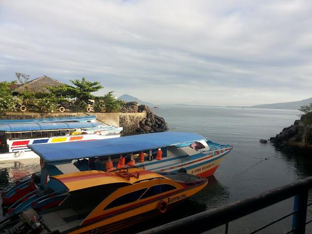 Perahu penyeberangan ke Bunaken di Dermaga Marina