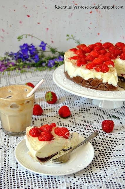 425. Sernik na zimno z truskawkami i białą czekoladą