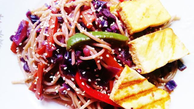 Makaron z czerwoną kapustą i wędzonym tofu