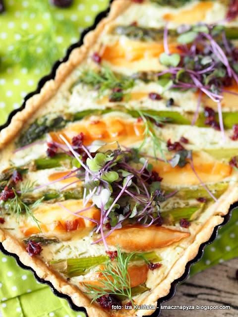 zielone szparagi, krucha tarta, nadzienie smietankowe, oscypek, redykolka, ser wedzony, zurawina, serek smietankowy, obiad