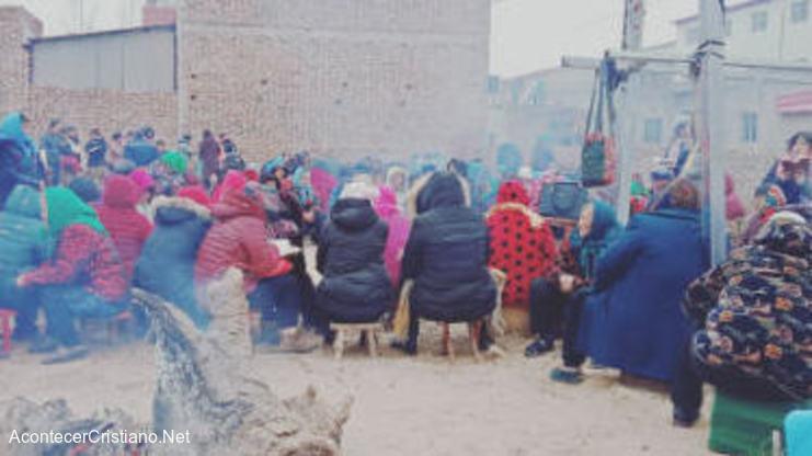 Cristianos chinos adoran en iglesia demolida por el gobierno