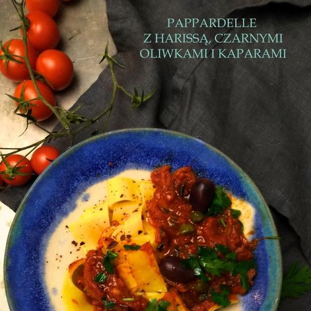 Papardelle z harissą, czarnymi oliwkami i kaparami
