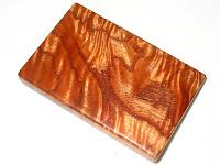 鮮やかな波杢と木目の模様