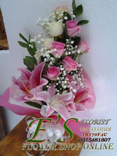 bunga tangan kombinasi lily dan mawar pink