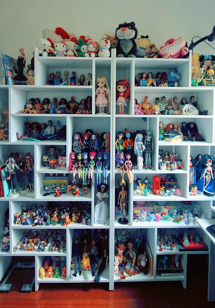 367506727 E aqui também um pouco de uma parte do quarto/closet/cantinho de beleza da  Lia,mas precisamente suas prateleiras mega recheadas de coisas bonitas e  fofas e ...