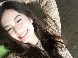 Faradilla Yoshi Senyum
