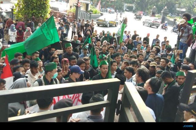 Demo Sempat Ricuh, Mahasiswa Minta Menag Lukman Hakim Dicopot