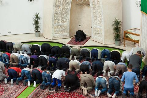 Tidak Sah Makmum Kepada Imam yang Beda Madzhab