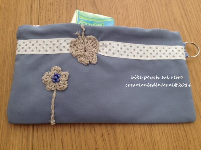 pochette bleu claire et blanc avec applique à crochet