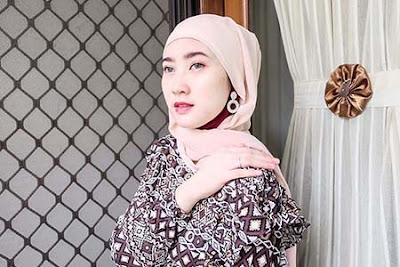 Anna Zivana Berhijab