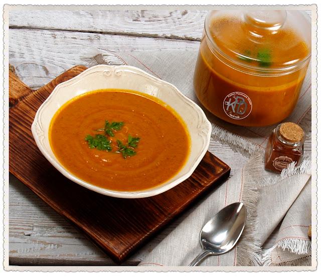 Zupa z czerwonej soczewicy, marchewką, ziołami i  z imbirem.