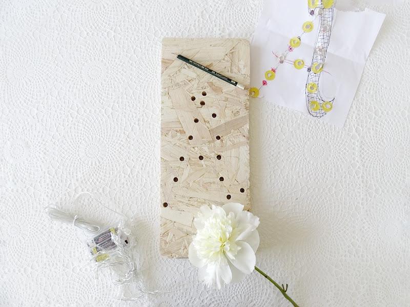 DIY-Lampe aus einem OSB-Holzbrett, einer LED-Lichterkette und mit Handlettering verziert | www.mammilade.blogspot.de