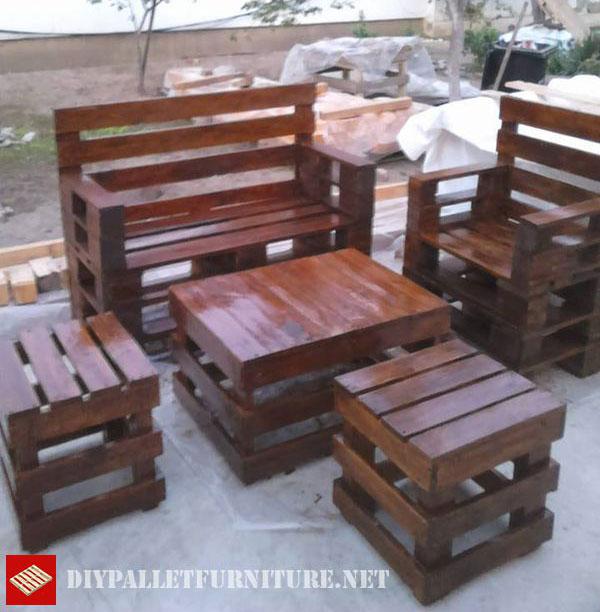 nosotros de nuevo unos muebles que l ha creado utilizando las tablas de unos cuantos palets los taburetes y la mesa de este conjunto para la terraza