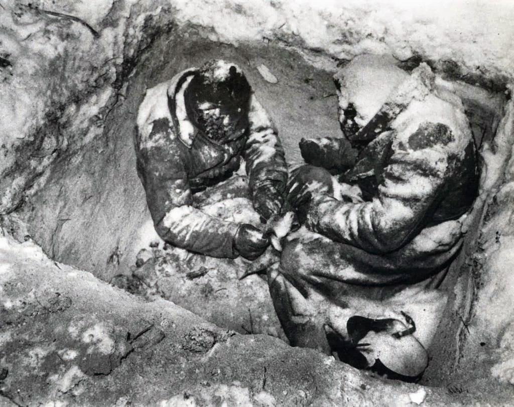 Dos soldados de infantería soviéticas muertos por congelamiento en su trinchera, Finlandia, 1940