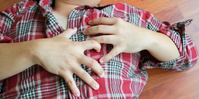 HAMPIR semua orang suka makan jeruk, karena menuai banyak manfaat kesehatan. Terlebih jika Anda ingin mencegah penyakit jantung, rajin makan jeruk adalah solusinya.  Berikut alasan rajin makan jeruk membantu mencegah terkena penyakit jantung yang dilansir dari laman Boldsky:  Meningkatkan kesehatan jantung  Jeruk mengandung kalium yang membantu fungsi jantung dengan baik. Ketika kadar potasium menjadi rendah, ada kemungkinan mengembangkan gangguan irama jantung abnormal yang dikenal sebagai aritma.  Menurunkan kolesterol  Jeruk diperkaya dengan serat larut yang membantu dalam menurunkan kolesterol dalam tubuh. Seperti kita tahu, tinggi kadar kolesterol jahat merupakan salah satu pemicu penyakit jantung.  Menurunkan tekanan darah tinggi  Jeruk mengandung hesperidin flavonoid yang mengendalikan dan menurunkan tekanan darah tinggi. Selain itu, jeruk juga mengandung magnesium yang membantu menjaga tekanan darah tetap normal.  Menurunkan risiko penyakit  Jeruk mengandung vitamin C yang melindungi sel-sel dengan menetralisir radikal bebas. Radikal bebas dapat menyebabkan penyakit kronis, seperti kanker dan penyakit jantung.
