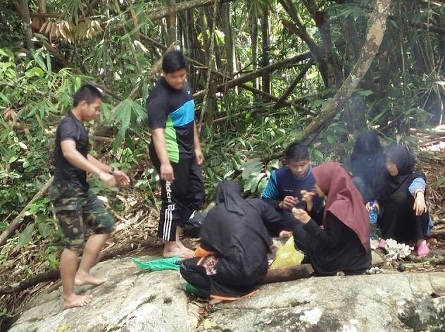 6 Remaja Sibuk BBQ Dalam Hutan Tidak Sedar Ada Tetamu Tak Diundang Muncul
