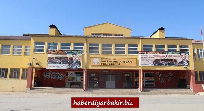 Diyarbakır Vali Aydın Arslan Fen Lisesinde 51 öğrenci tıp fakültesini kazandı