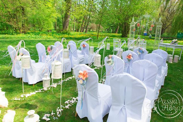 Plenerowy ślub w kolorach brzoskwini i błękitu.