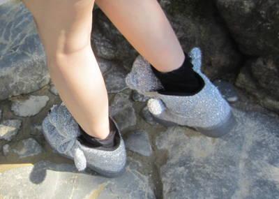 Fotografía de dos zapatillas de foquitas grises