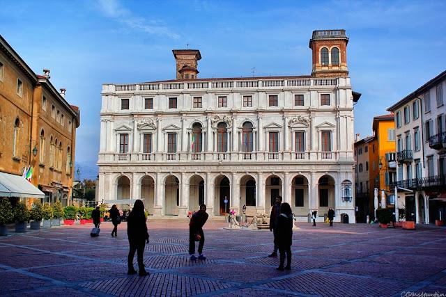 Piazza Vecchia - Vedere spre Biblioteca Civicã - blog FOTO-IDEEA