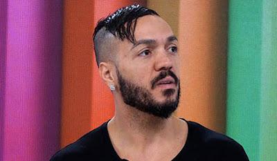 """Belo deixa show em viatura da Polícia Militar e fãs questionam: """"Preso de novo?"""""""