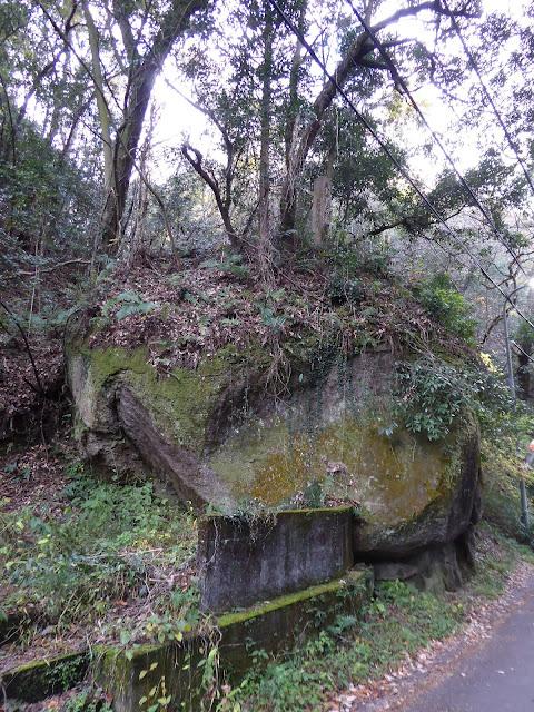 磐船神社 前にある巨岩