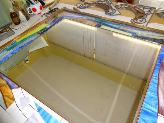 Στο εργαστήριο βιτρώ ετοιμάζεται ένας καθρέπτης με την τεχνική της χαλκοταινίας