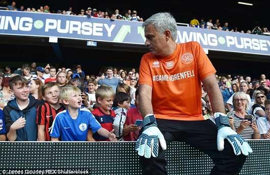Chết cười xem Mourinho xỏ găng bắt gôn 6