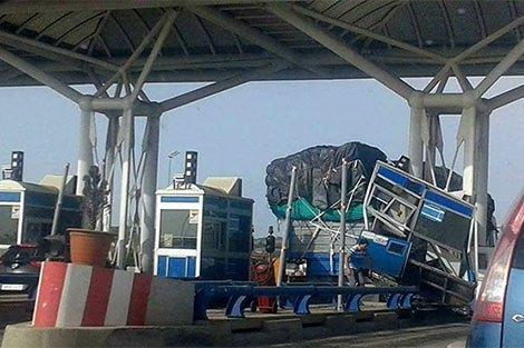 شاحنة تلحق أضرار مادية بمحطة الأداء بالطريق السيار بين القصر الصغير وطنجة