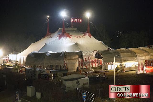 pendant la premiere partie du spectacle on  commence le démontage de la tente d'entrée