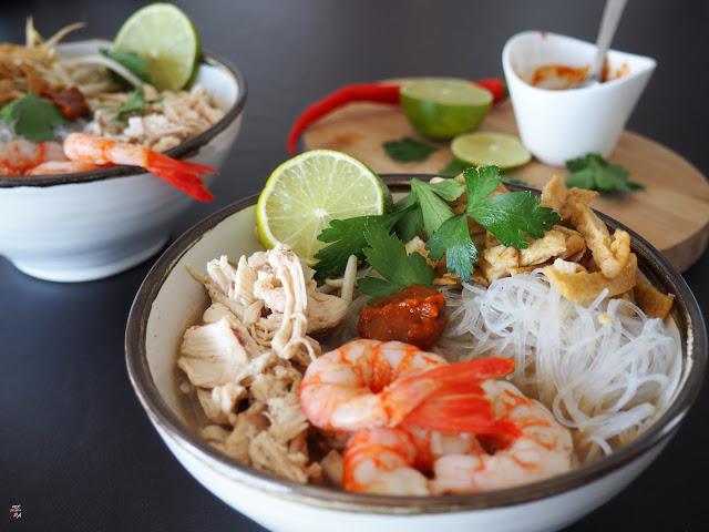 Laksa Sarawak al estilo Kuching, especialidad malaya popularizada por Anthony Bourdain. Caldo con noodles, pasta laksa, sambal belacan, guindilla a discreción.