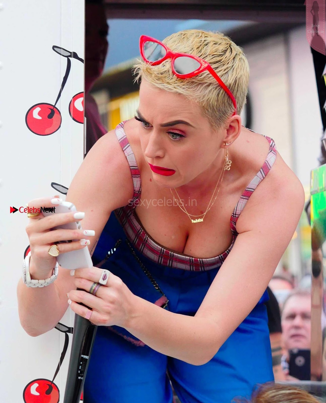 Katy Perry Sexy Cleavages Katy Perry so happy to expose her boobs bending down in low cut deep neck top wow