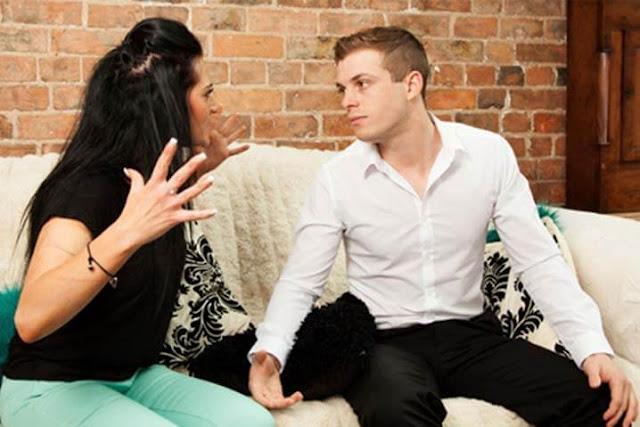 mujer celosa reclamando a su pareja porque no puede controlar sus celos