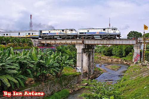 foto kereta api lokomotif ganda