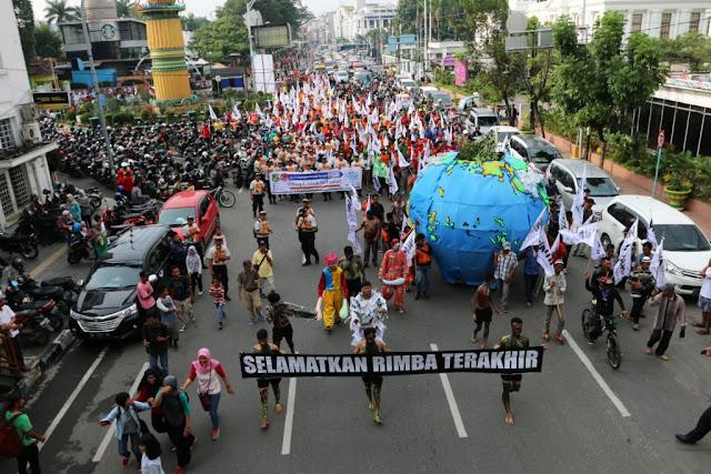 Hari Bumi, Aktivis WALHI Arak Bola Bumi Serukan Penyelamatan Hutan