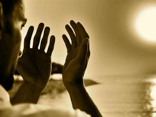 pemuda islam berdoa