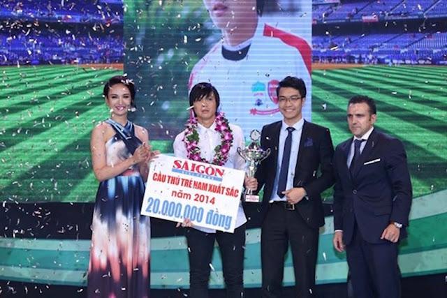 Tuấn Anh nhận giải thưởng cầu thủ trẻ xuất sắc năm 2014.