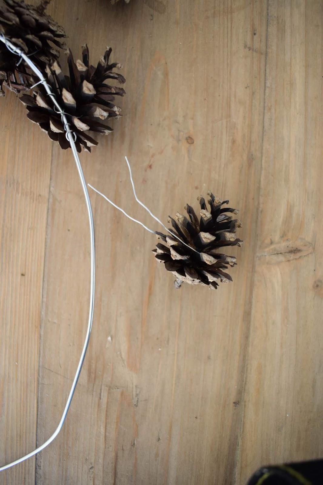 Vom Kleiderbügel zum Kranz: einfach selbermachen. DIY Zapfenkranz für Herbst Winter Weihnachten