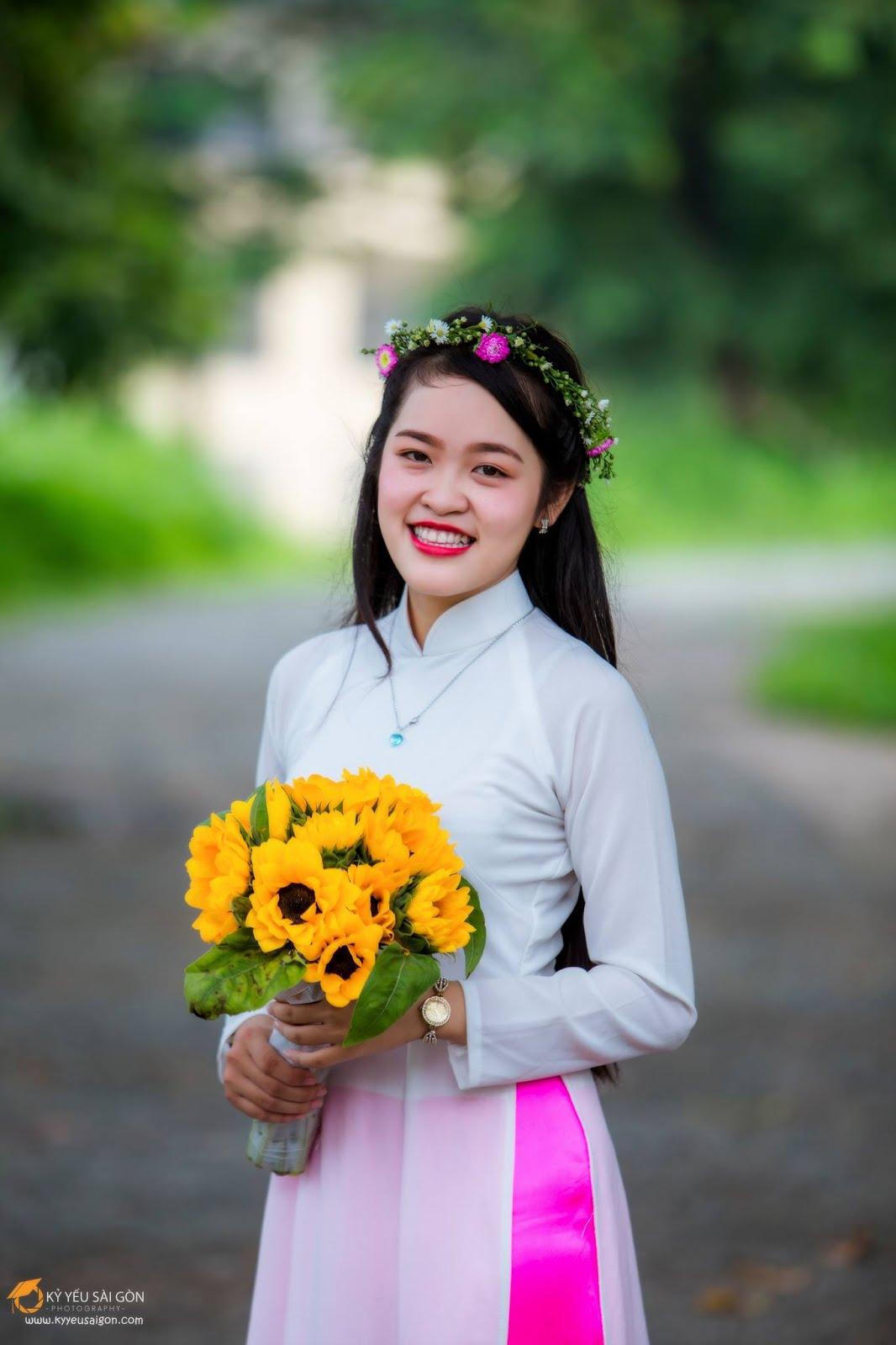 Hoa hướng dương cũng là một loài hoa rất quen thuộc và mang lại rất nhiều ý nghĩa. Chụp ảnh kỷ yếu cùng hoa hướng dương sẽ khiến bạn trở nên đẹp ...