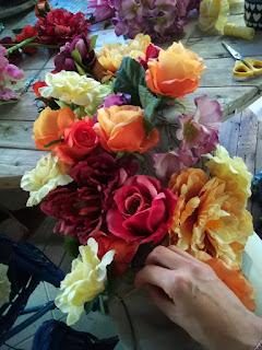 w trakcie pracy , szycie dekoracji ściennej z główek sztucznych róż