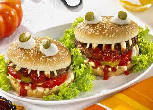 Хэллоуин, блюда на Хэллоуин, рецепты на Хэллоуин, праздничные блюда, оформление блюд на Хэллоуин, праздничный стол на Хэллоуин, блюда-монстры, гамбургеры, гамбургеры на Хэллоуин, котлеты, блюда из фарша, булочки,