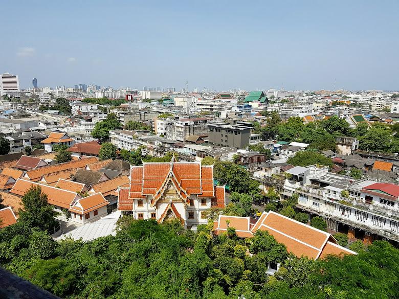 遠眺曼谷舊城區,遠處綠色建築為蘇泰寺